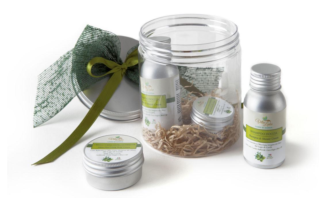 Regala un Gift cofanetto VitaLake, contenente 4 pratici formato viaggio della linea Olio d'oliva evo del Garda. Dalla crema corpo allo shampoo, un souvenir del lago di Garda.