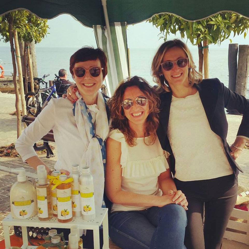 Il team capace e affiatato di Vitalake mentre è presente a un mercatino su Lago di Garda