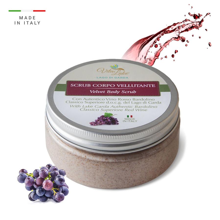 Grazie all'L'Olio di Vinaccioli e l'Estratto di Vite esfolia in modo delicato ed efficace, per una pelle morbida e vellutata. Linea Vino Bardolino Vitalake